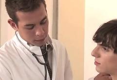 M&eacute_dico gay comendo o paciente