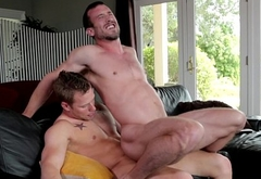 Stud bottom cums over sixpack during analsex