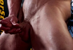 Muscular amateur hunk pleasures himself