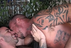Ripped DILF barebacking suspended bearcub