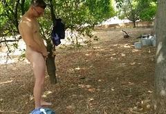 Bryan de la Vega se toca en el campo