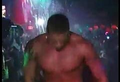 Stripers en discoteca gay
